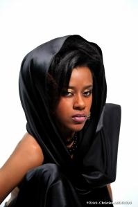 Le mannequin Dyana Seck, en mode noir